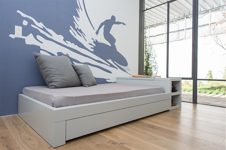 מיטת נוער מעוצבת עם טפט