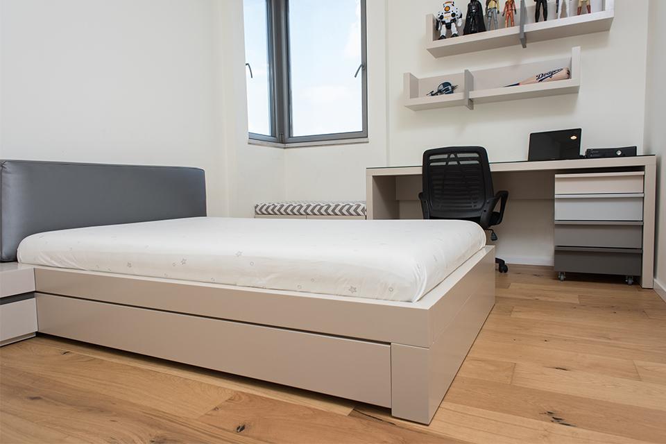 מיטה עם כרית ראש לחדרי נוער