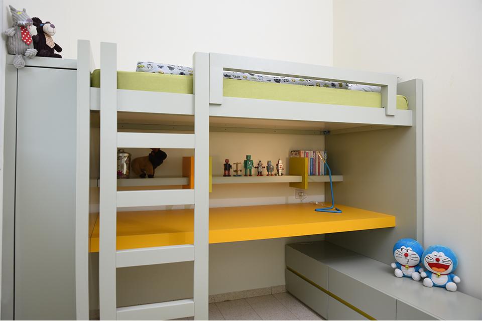 מיטת קומותיים עם שולחן כתיבה