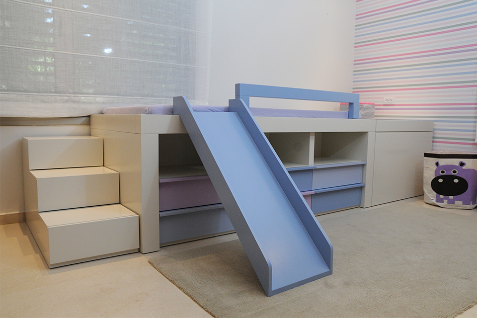 מיטת יחיד גבוהה לילד בחדר ילדים