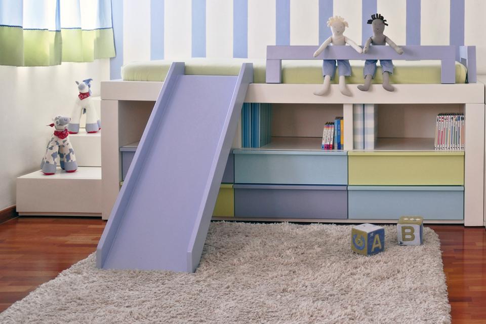 מיטת ילדים מעוצבת עם מגלשה בצבע סגול