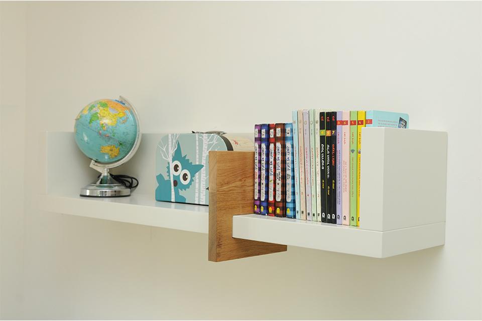 מדף עם מעצור ספרים מעץ אלון