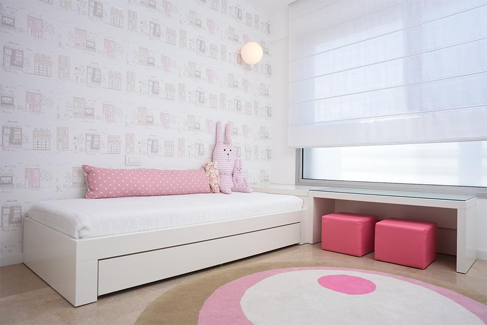 מיטת יחיד ושולחן יצירה לחדר ילדה