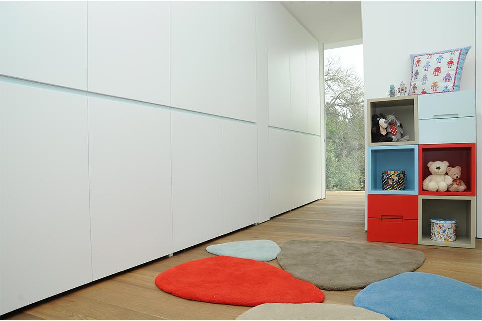 חדר משחקים עם מקומות אחסון ושטיח מעוצב