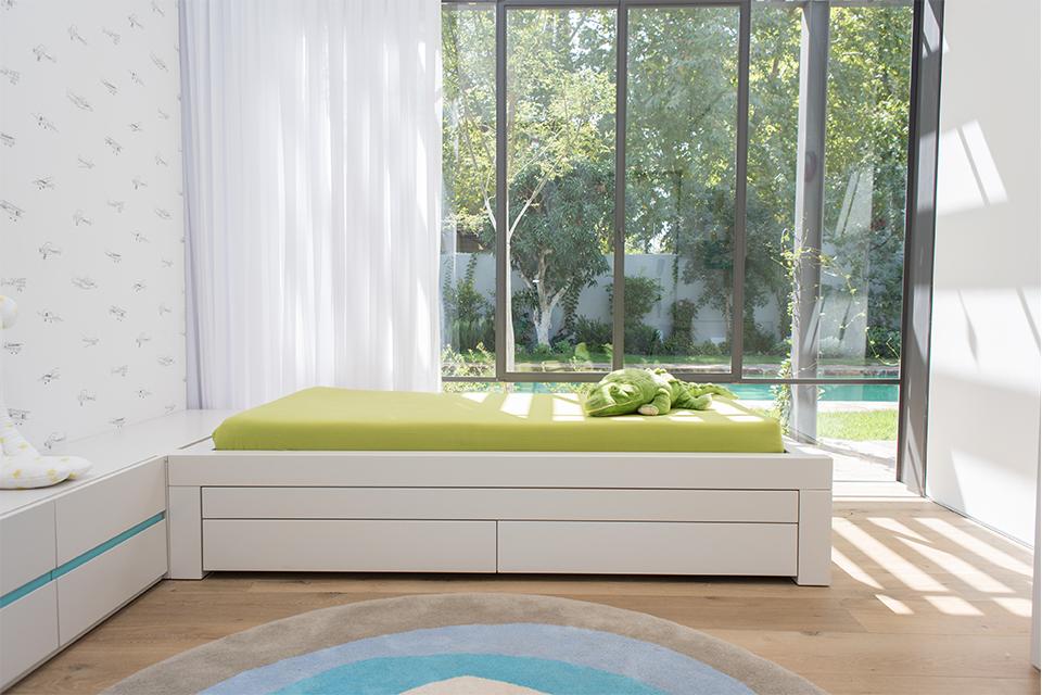 מיטה לחדרי ילדים עם מיטה נפתחת ומגירות אחסון