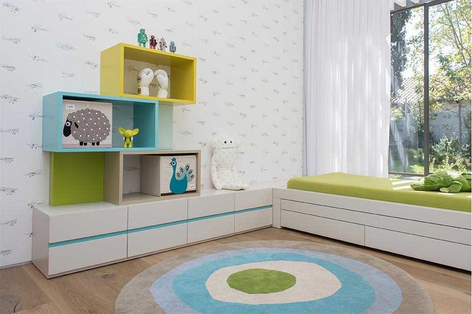 ספרייה צבעונית ומיטה לחדרי ילדים