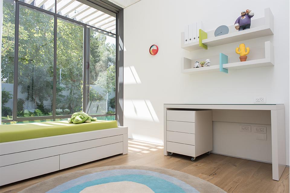 שולחן כתיבה ומיטה לחדרי ילדים