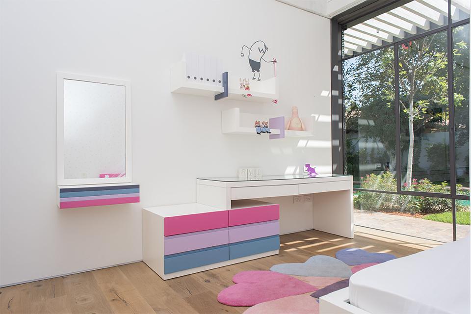 שולחן כתיבה ומראת איפור לחדר ילדה