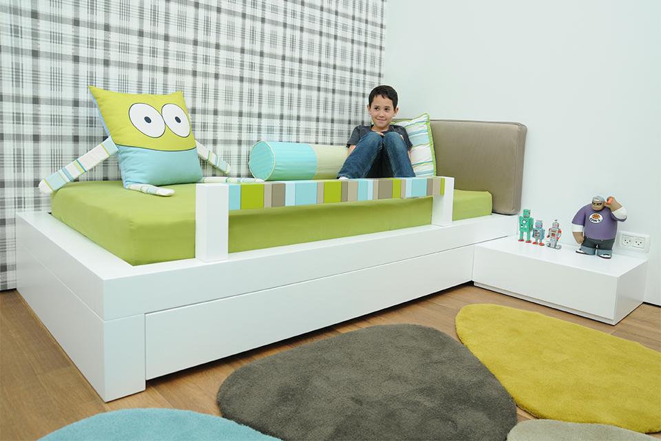 מיטת יחיד עם קרש בטיחות צבעוני