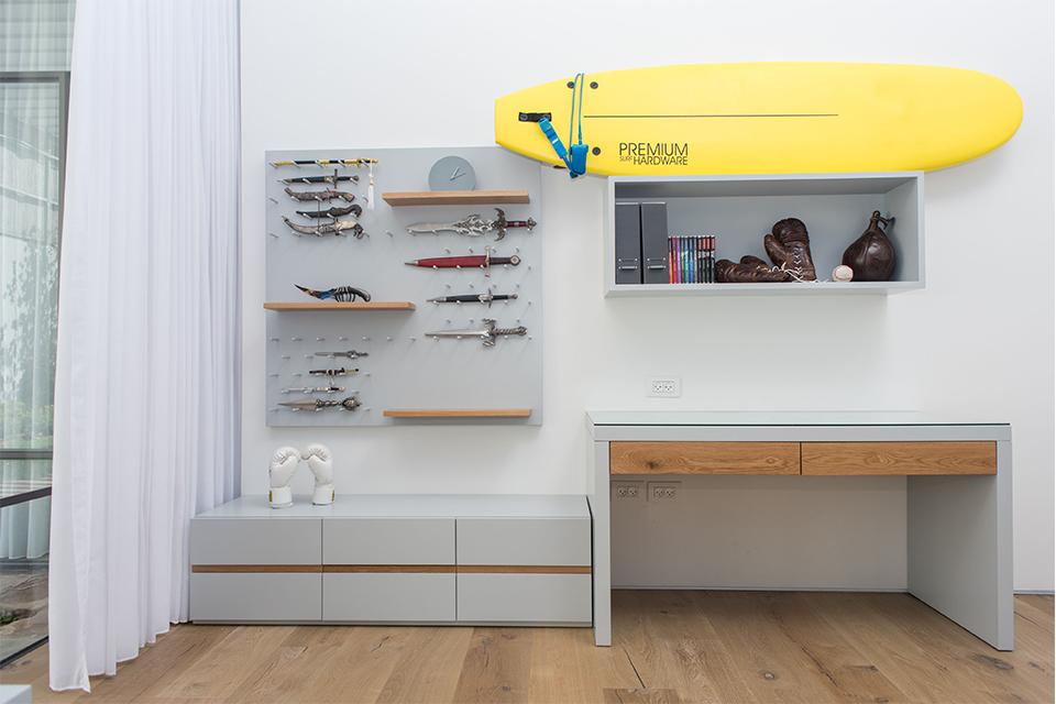 שולחן כתיבה ומדפים בעיצוב בוגר