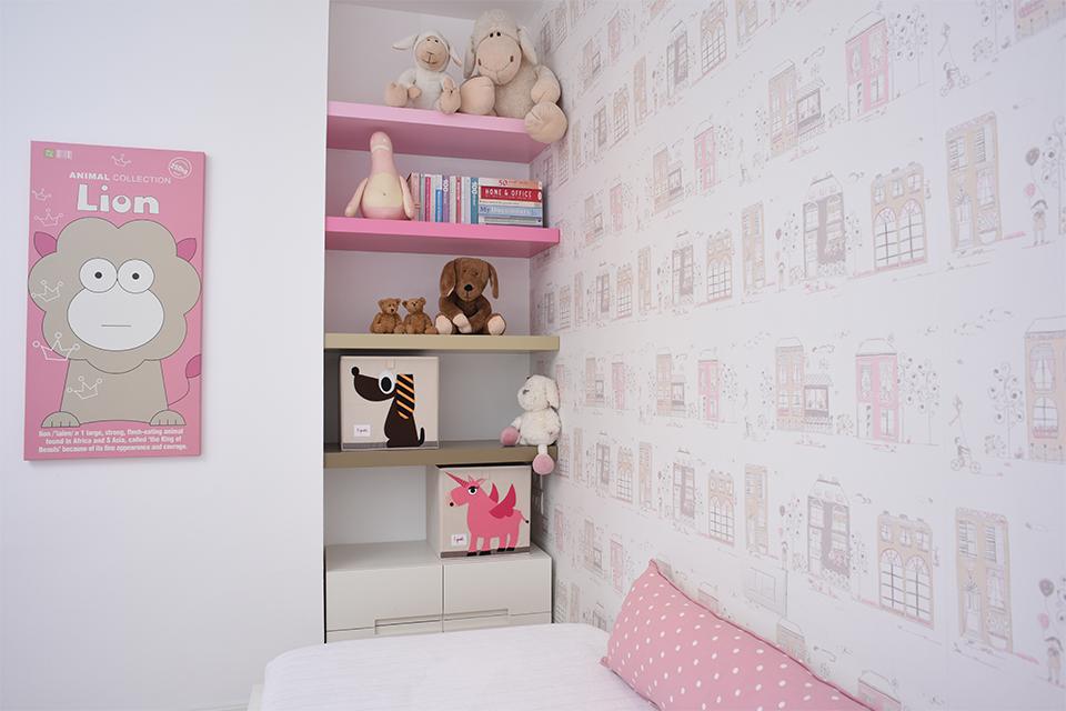 מדפים מעוצבים בנישה לחדר ילדים