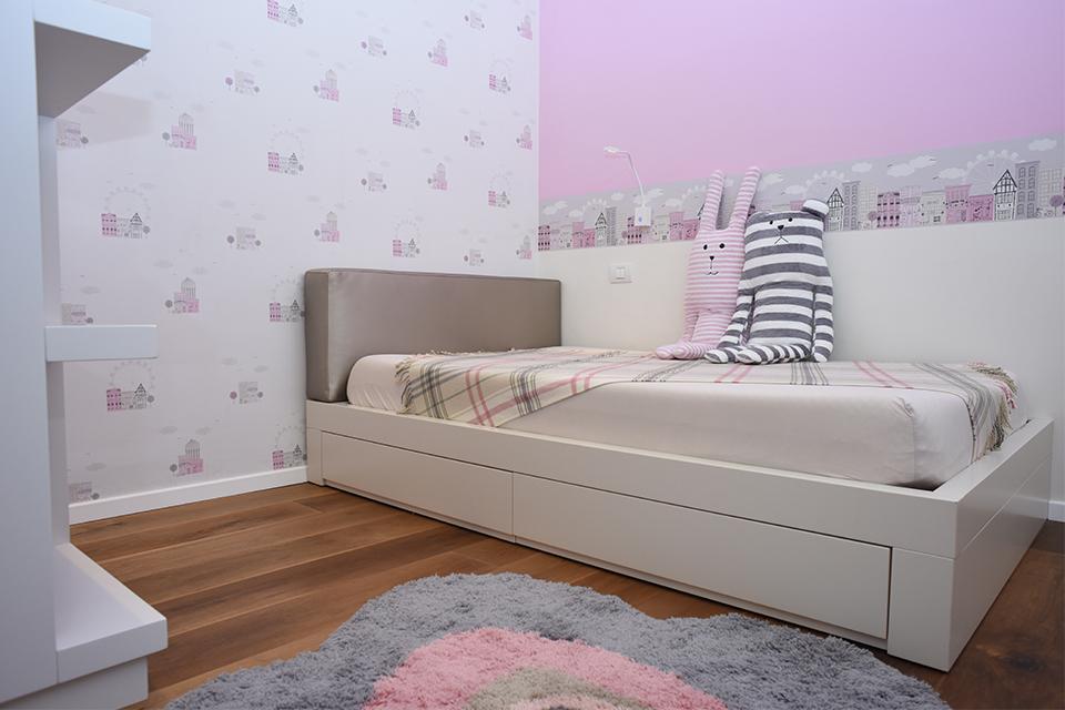 מיטה וחצי עם כרית בראש מיטה לחדרי ילדים ונוער