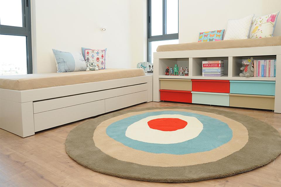 שתי מיטות בחדר ילדים ונוער