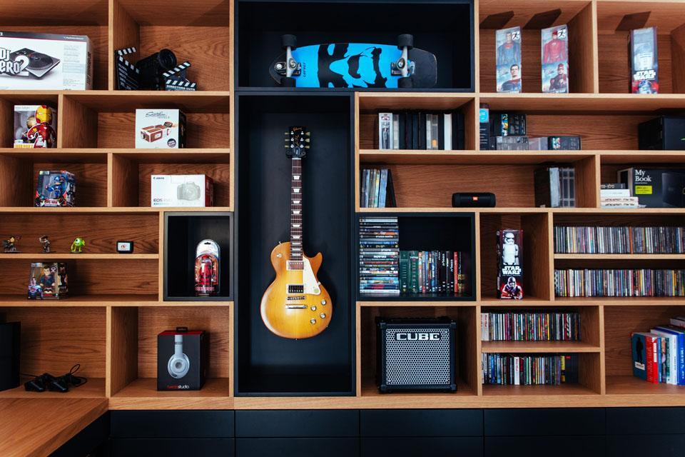 חדר מוזיקה עם ספרייה ייחודית