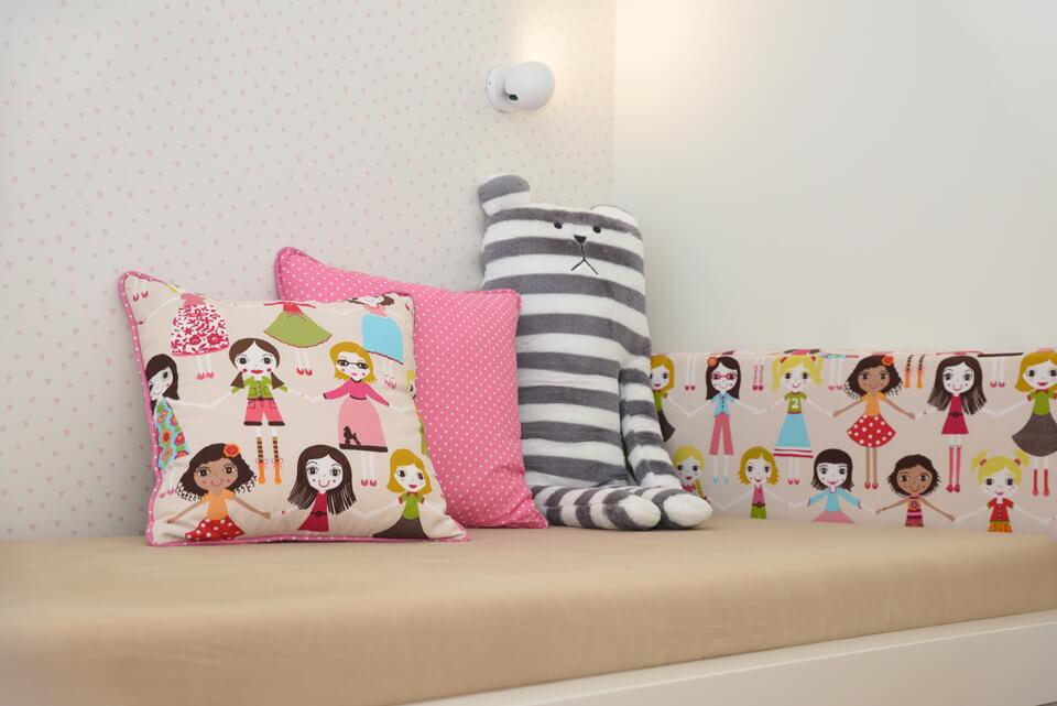 בובות וכריות למיטה