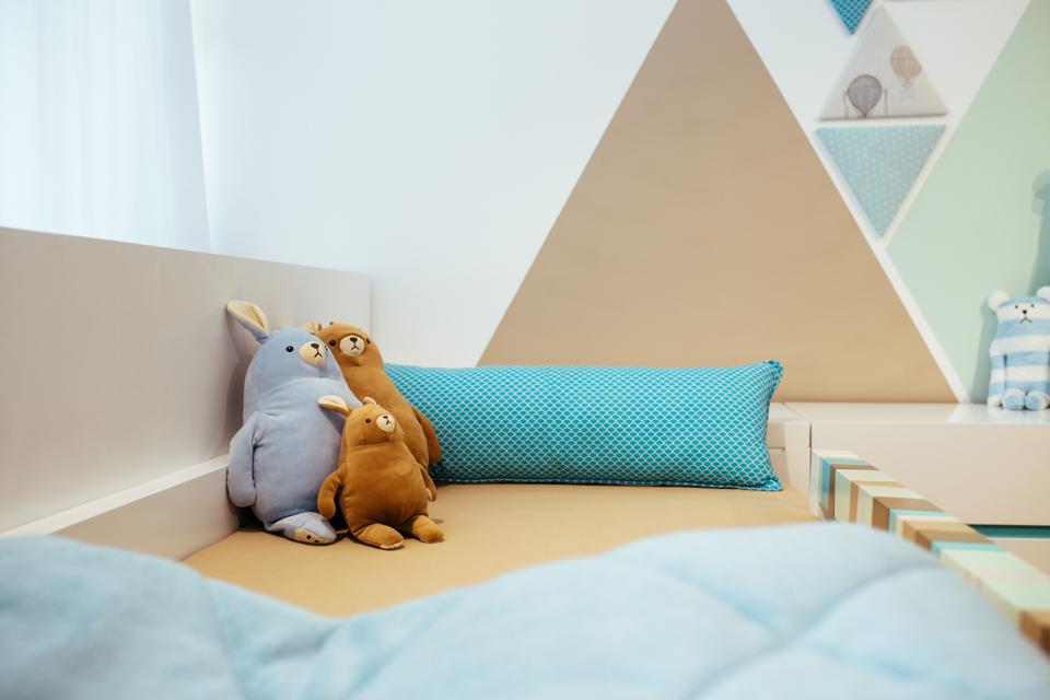 כריות ובובות מעוצבות למיטות ילדים ונוער