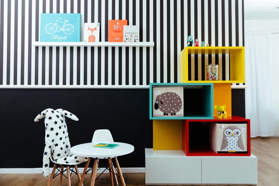 ספרייה צבעוניות א-סימטרית לחדר ילדים
