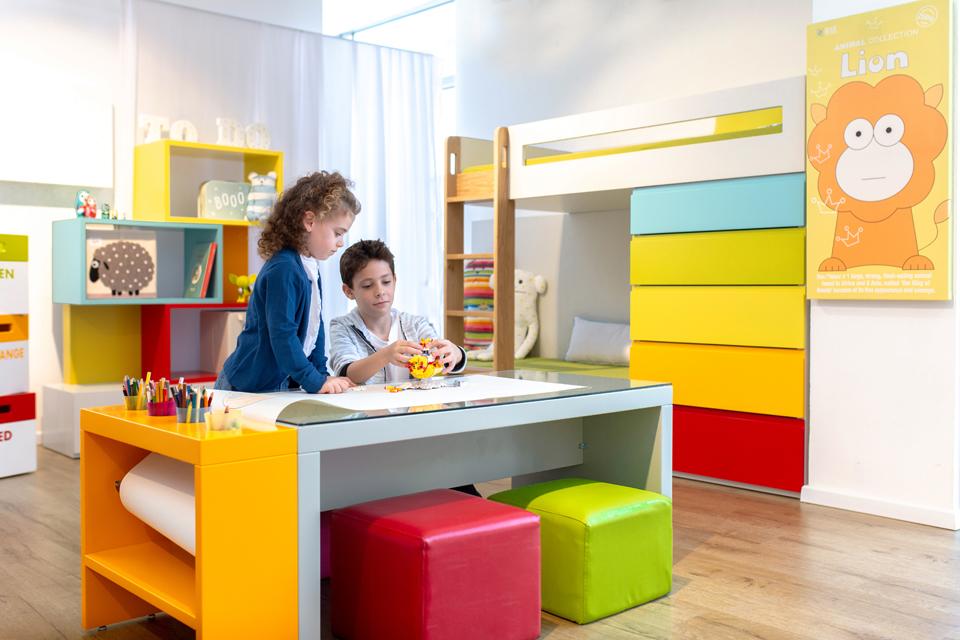 שולחן כתיבה צבעוני לילדים