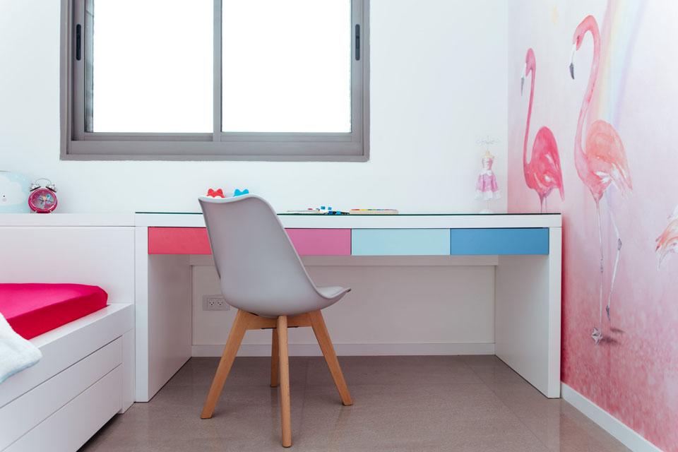 שולחן כתיבה צבעוני לחדר ילדים