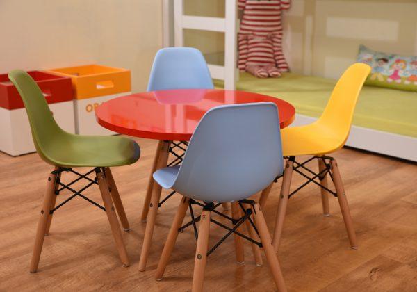 שולחן יצירה וכיסאות קטנים לחדר ילדים