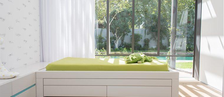 החדר של אייל – חדר גדול עם חלון לבריכה